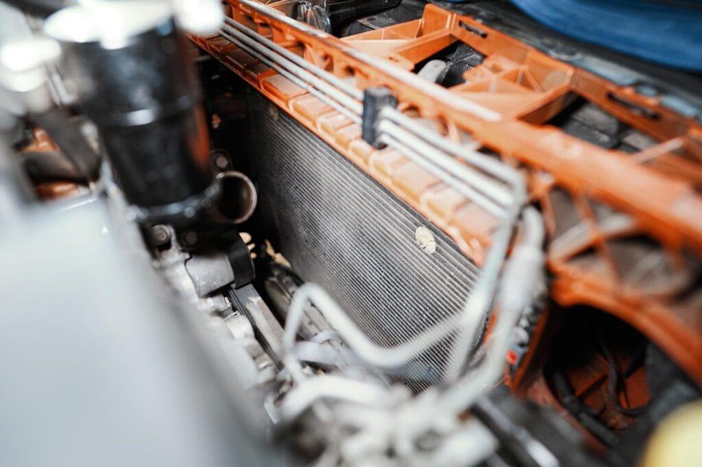 Вынимаем радиатор двигателя