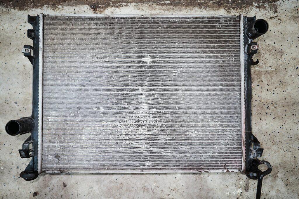 Старый радиатор Додж Челленджер