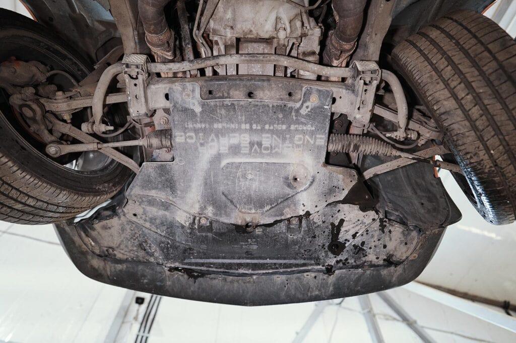 Снимаем защиту двигателя для доступа к опорам