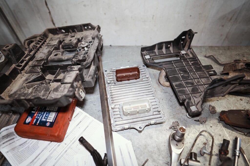 Снимаем блок управления двигателем и площадку аккумулятора