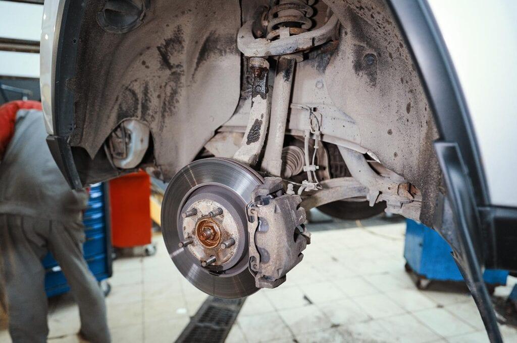Снимаем колесо для доступа к подвеске
