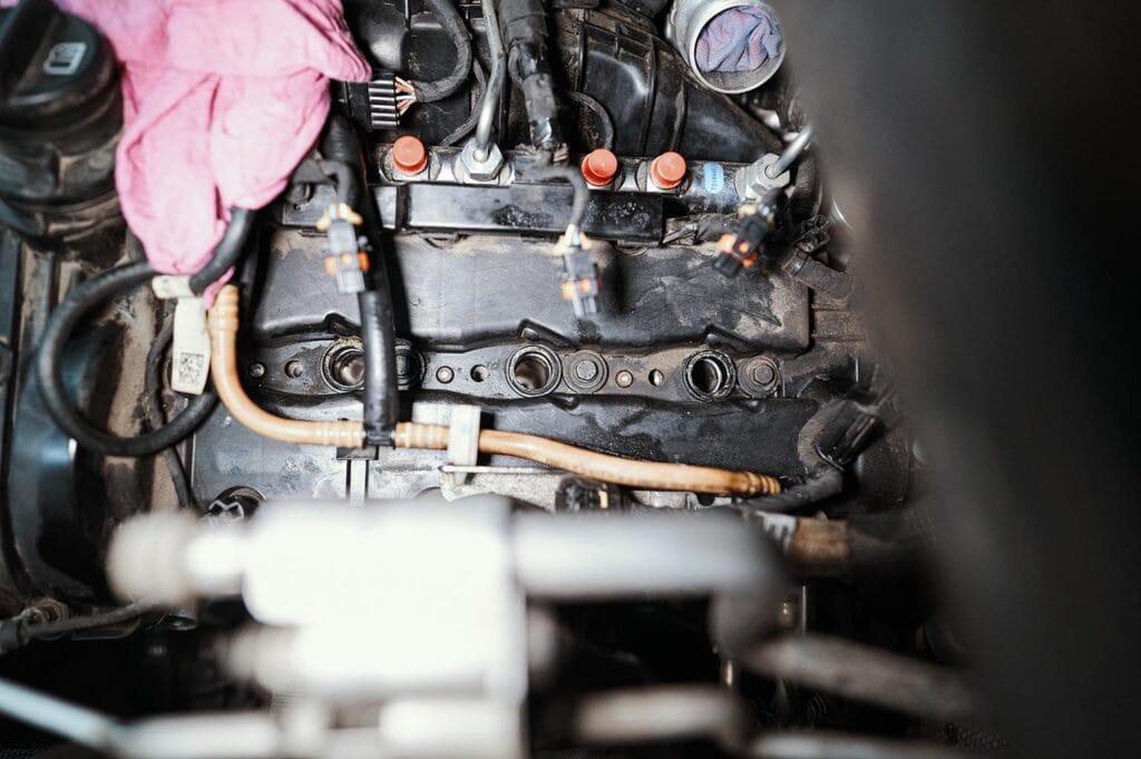 Очищаем каналы перед установкой компрессометра