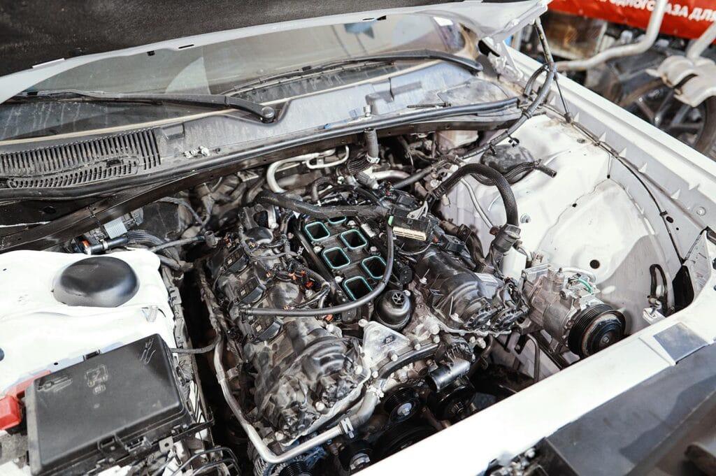 Отсоединяем двигатель от кузова