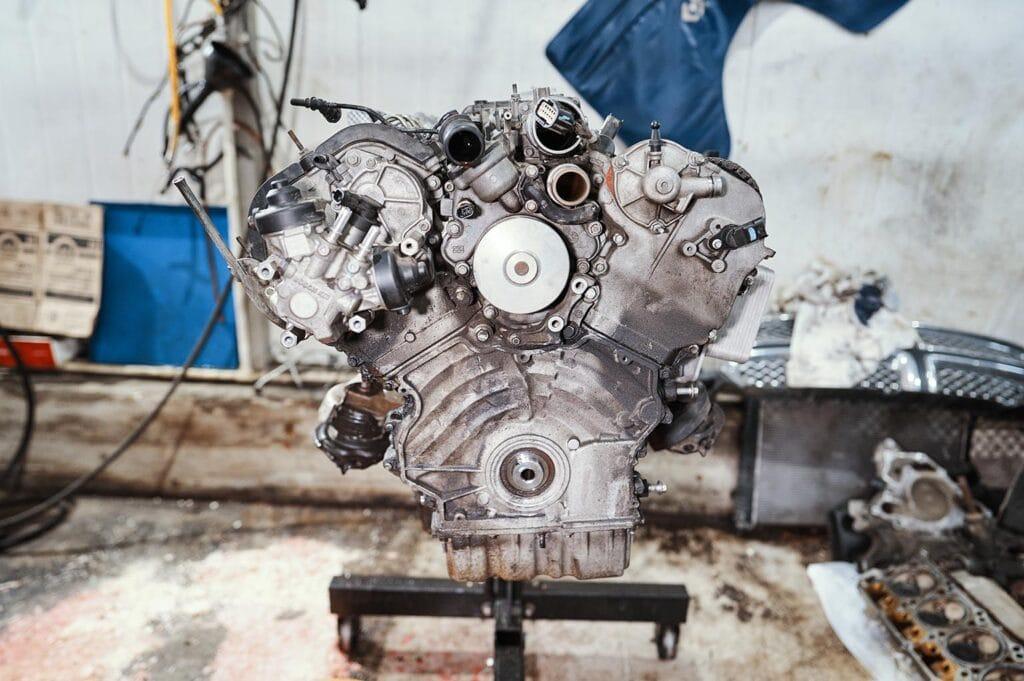 Двигатель усердно потеет маслом