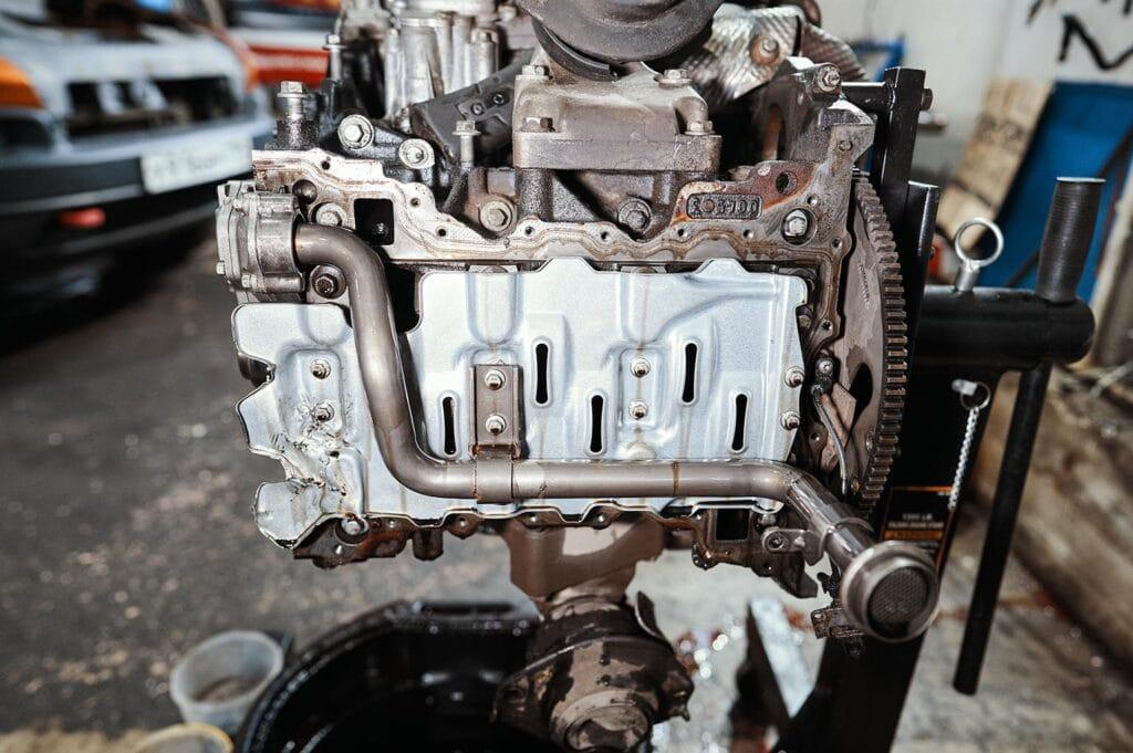 Снимаем оба поддона двигателя