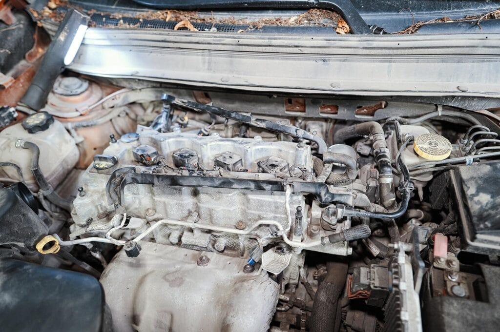 Убираем в сторону проводку двигателя