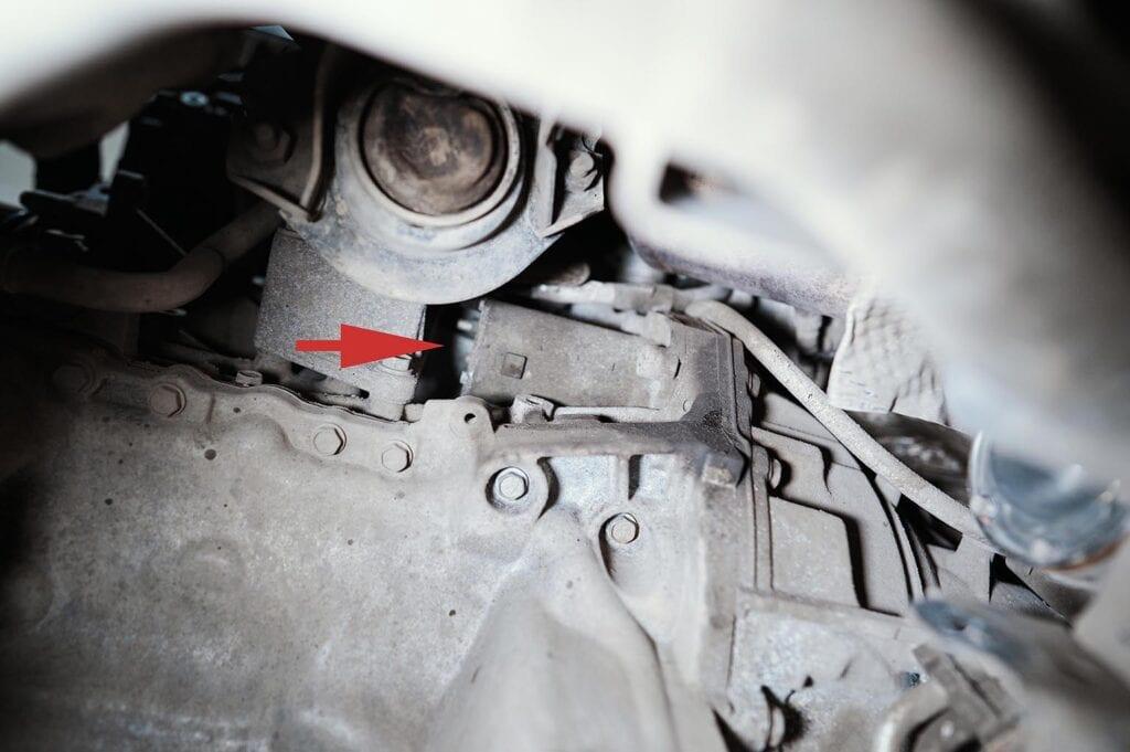 Левая опора двигателя затрудняет процесс