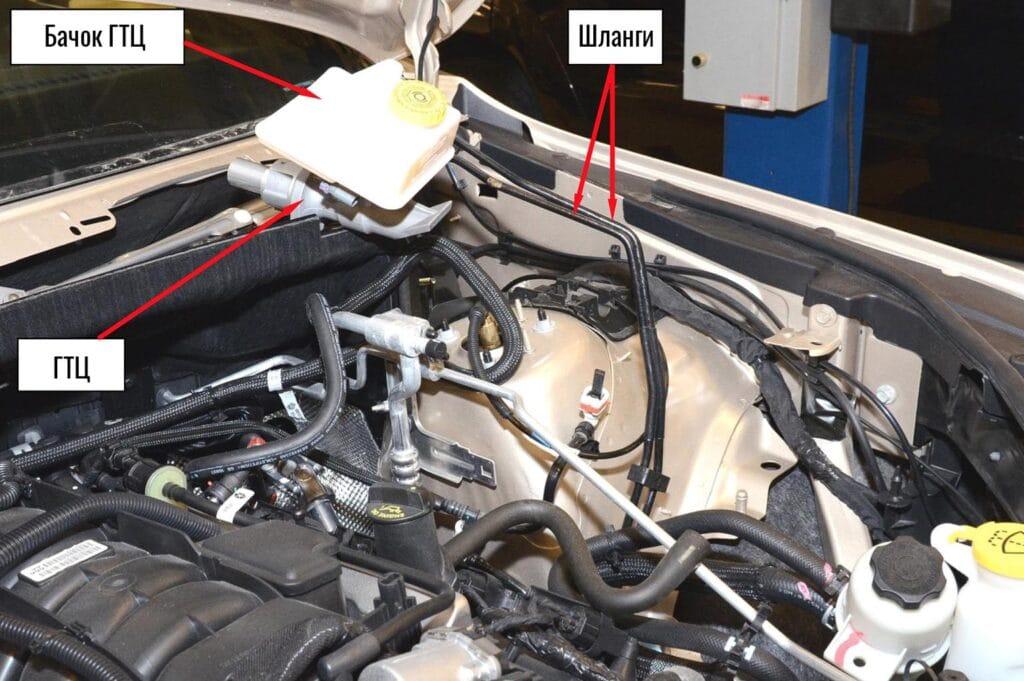 Разъединяем главный тормозной цилиндр и ВУТ