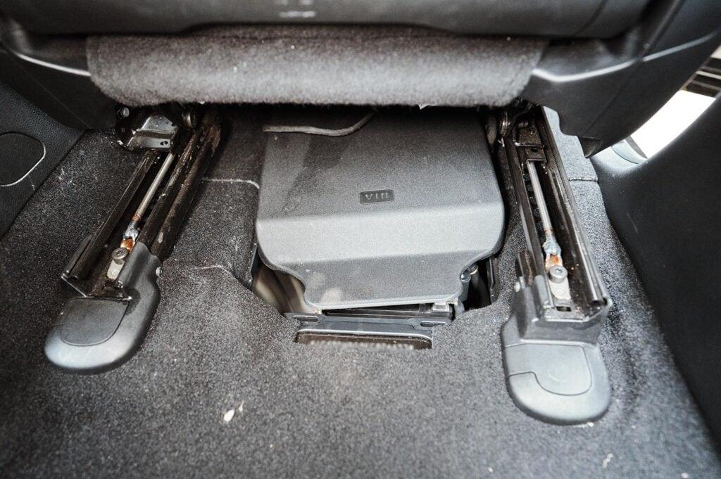 Оба аккумулятора прячутся под пассажирским сиденьем