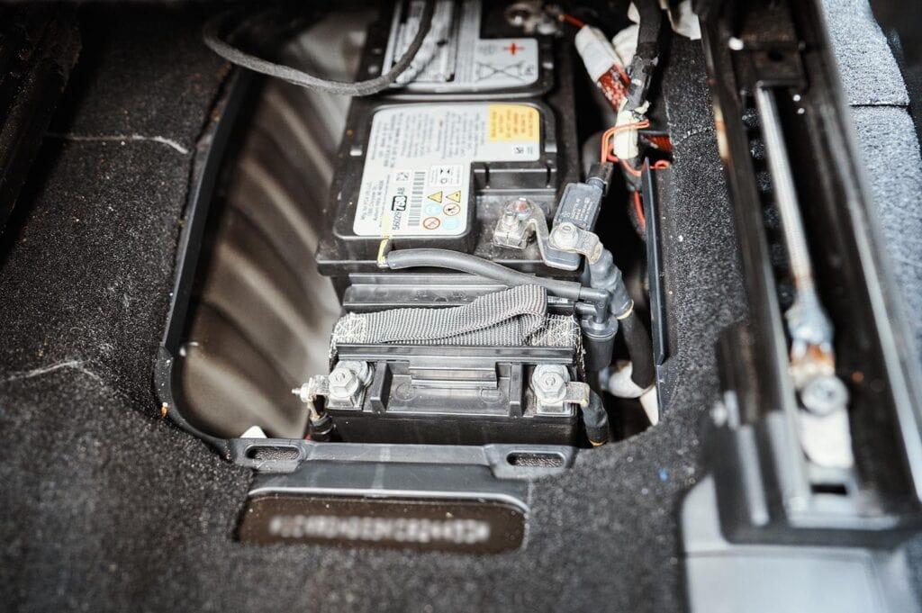 На этой машине ещё заводские аккумуляторы