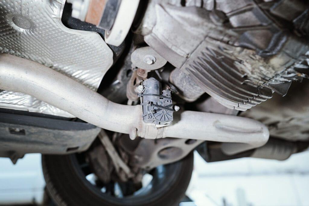 Место установки моторчика активного выхлопа