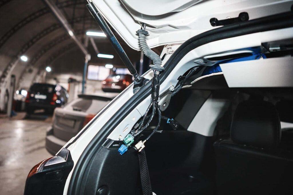 Перебивает провода внутри гофры двери багажника