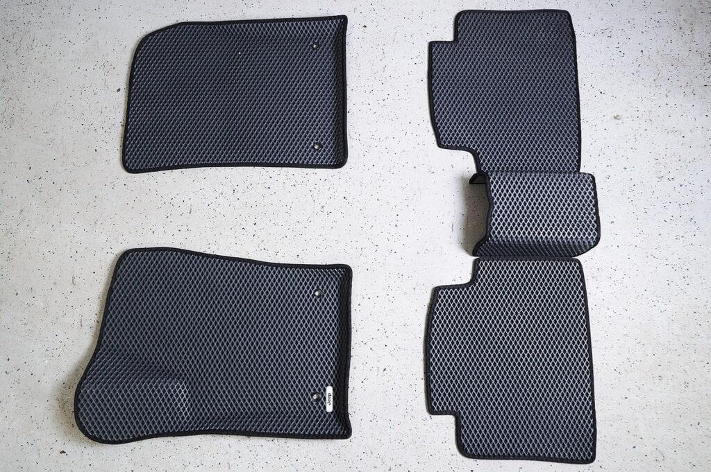 Задний ряд состоит из трёх частей