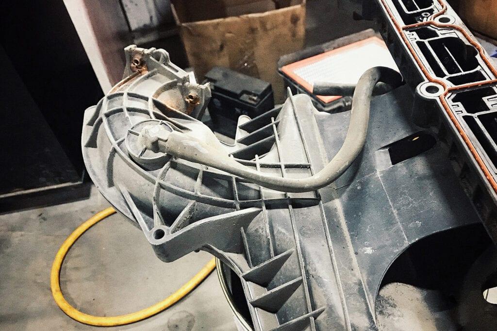 Резиновый шланг впускного коллектора необратимо схлопывался